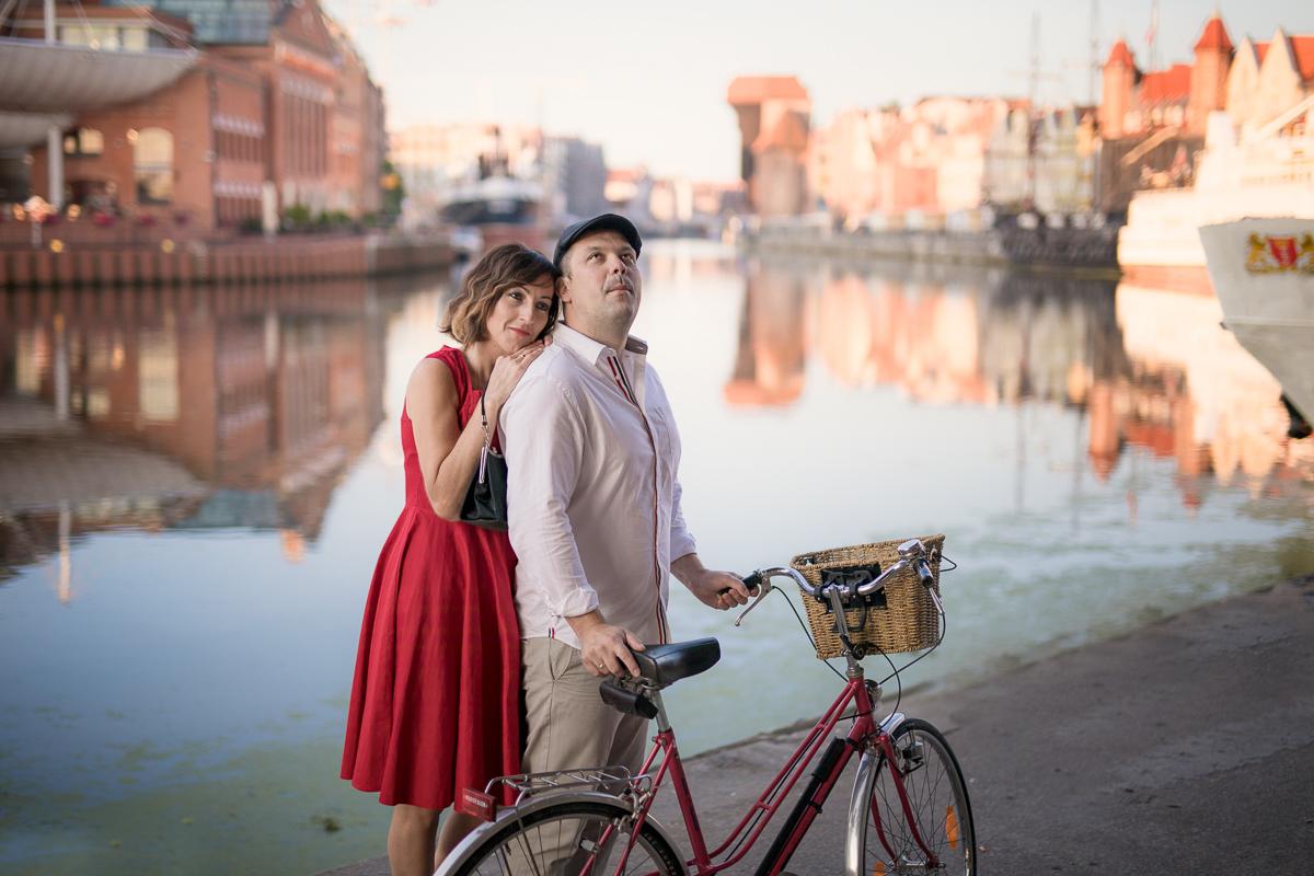 Piękna sesja zdjęciowa na rocznicę ślubu. Odbyła się na Gdańskiej Starówce o wschodzie słonca w pewien letni lipcowy poranek. Foto Baśnie, sesja dla par, Gdańsk, fotograf Gdańsk, fotografie Gdańsk, sesja zdjęciowa.