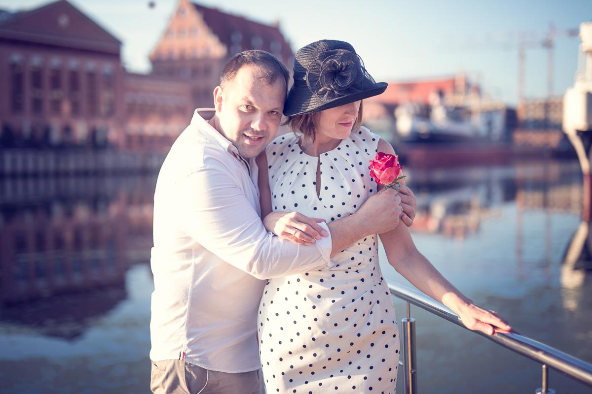 Odbyła się na Gdańskiej Starówce o wschodzie słonca w pewien letni lipcowy poranek. Foto Baśnie, sesja dla par, Gdańsk, fotograf Gdańsk, fotografie Gdańsk, sesja zdjęciowa.